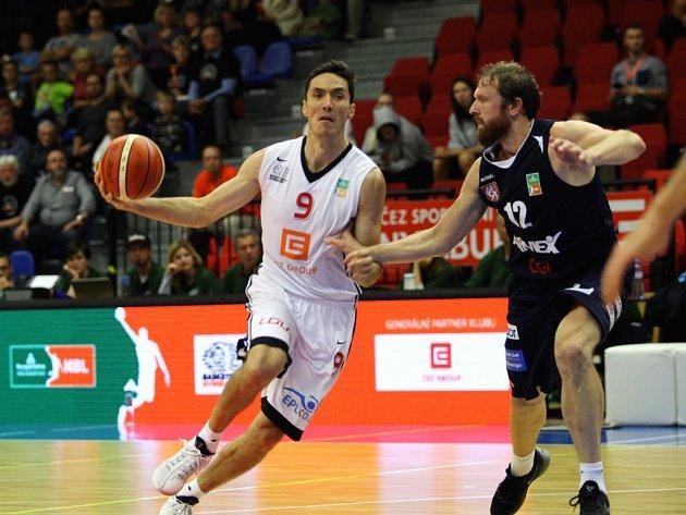 Jiří Welsch (v bílém) z Nymburka při ligovém utkání s Děčínem (archivní foto)