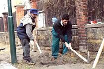 Pětice dělníků v těchto dnech pracuje na opravě chodníků v Husově ulici v Nymburce.