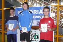 Plavec nymburské Lokomotivy David Noll (uprostřed) byl opět úspěšný. Dvakrát vystoupil v Berouně na nejvyšší stupínek