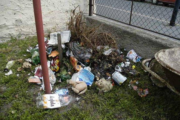 Muzejníkům někdo nadělil na zahradu odpadky.