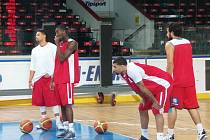 ZKOUŠKA PALUBOVKY. Nymburští basketbalisté si vyzkoušeli, jak se jim bude hrát v pražské Tipsport Aréně