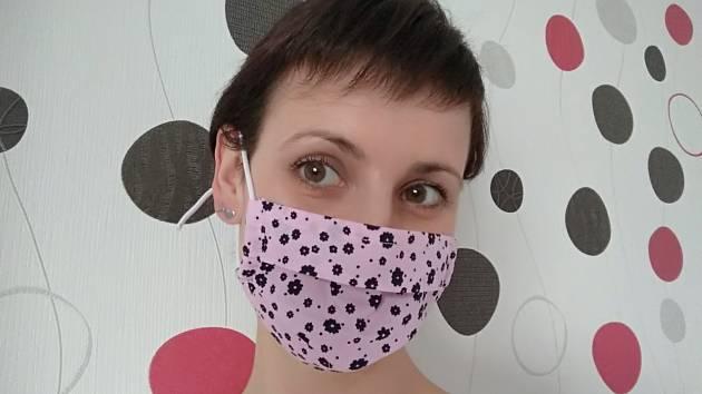 Redaktorka Olga Vendlová získala roušku výměnou za látky na šití dalších.