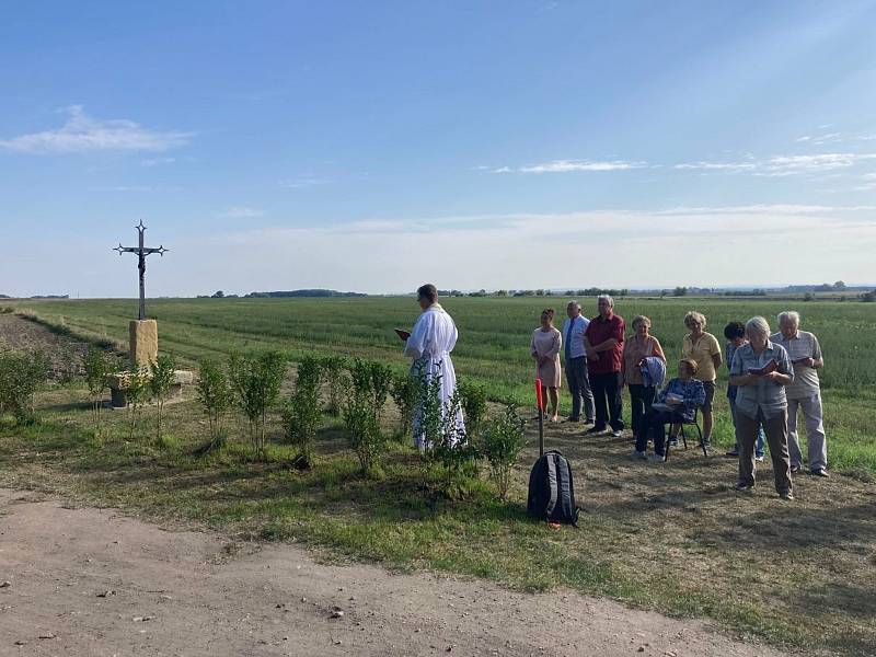 Kříž, který tam kdysi stával, se vrátil k Jizbicím. Vysvětil jej farář Jaroslav Krajl z Nymburka.