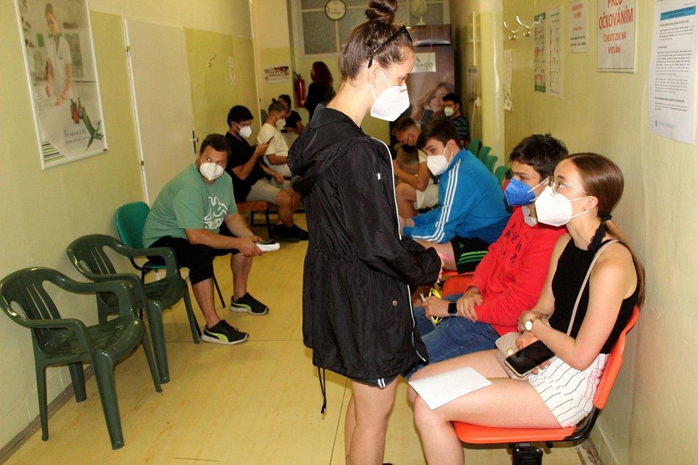 V městecké nemocnici se na očkování vytvořila fronta.
