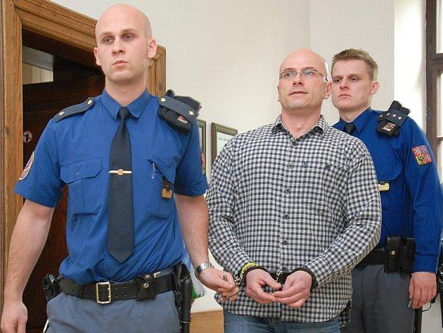 V roce 2011 vodila obžalovaného Ivo Bureše do jednací sítě eskorta z vazební věznice. Nyní po zrušení odsuzujících verdiktů přichází jako volný muž. Počítá ale s tím, že se za mříže vrátí.