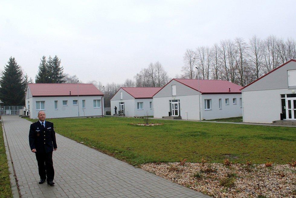 Ředitel věznice Petr Suk před domky projektu Otevřená věznice.