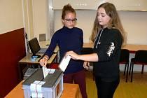 Studentky zdravotnické školy v Nymburce si zkusily volit nanečisto.