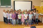 Žáci třídy 1. C ZŠ Václava Havla v Poděbradech s třídní učitelkou Lenkou Komárkovou.