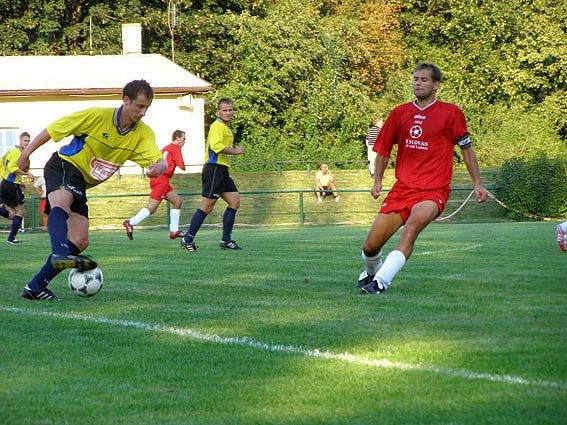 Fotbalisté Slovanu Lysá (hrají v červeném) vyhráli v prvním zápase letošní sezony nad Lužcem 1:0.