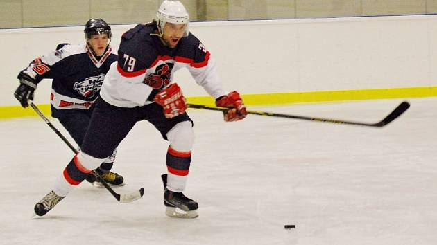 PARÁDNÍ START do sezony mají hokejisté Poděbrad. Po domácí výhře zvítězili i na ledě Příbrami