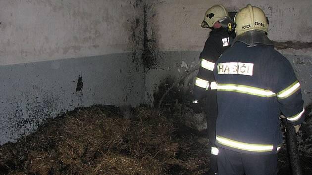 Požár haly s odpadem v Milovicích