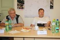 Starostové Jaroslav Janata z Vestce (vlevo)  a Aleš Hrubý z Budiměřic  na nymburské konferenci.