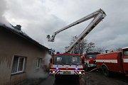 Při požáru usedlosti ve Vykáni byl vyhlášen druhý stupeň poplachu.