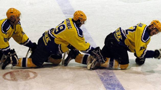 Hokejisté Nymburka mají důvod k oslavě. Porazili totiž Klášterec a postoupili do druhého kola play off.