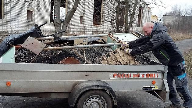 Ochranáři čistili rezervaci divokých koní u Milovic.