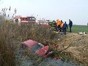 Pětašedesátiletý řidič Škody Fabia nezvládl pravotočivou zatáčku, proletěl křovím až do náhonu, kde vůz skončil.