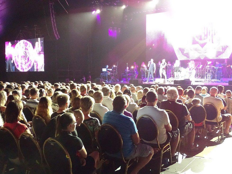 Soundtrack zakončily hity skupiny Queen.