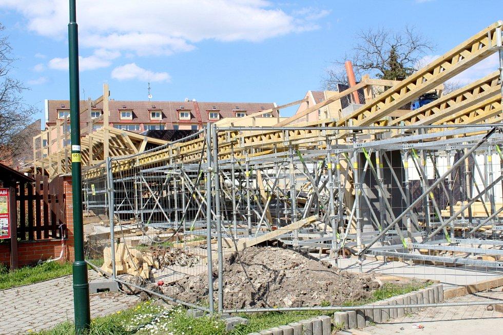 Konstrukce roste také na parkovišti pod Eliškou.