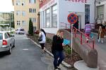 Nově jsou před recepcí nymburské nemocnice vysazeny keře místo tújí.