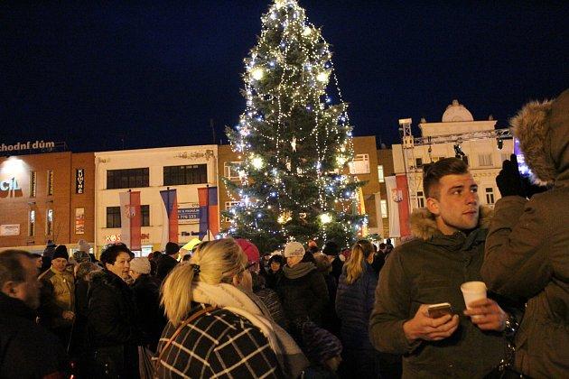 Na nymburském náměstí se sešly stovky lidí, které sledovaly slavnostní rozsvícení stromu.