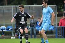 Smůla. Fotbalista Štěpán Urban (vlevo) přestoupil v létě z Kolína do konkurenčních Poříčan. Hned v prvním zápase ale dlouho na trávníku nepobyl a zranil se