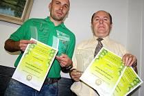 Sládek Bohumil Valenta (vlevo) a ředitel pivovaru Pavel Benák s oceněními