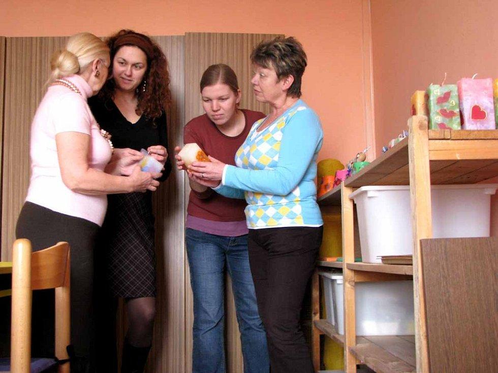 V Nymburce otevřelo středisko sociální rehabilitace. Pracovnice střediska zleva Renata Lažková, Veronika Křičková, Jana Valičková a Eva Plesarová