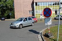 Parkoviště pro voliče s covidem a v karanténě.