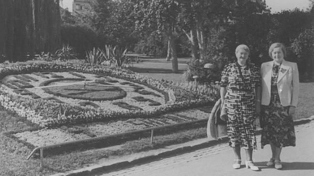 U květinových hodin se neustále někdo fotí. Staly se jedním ze symbolů Poděbrad.