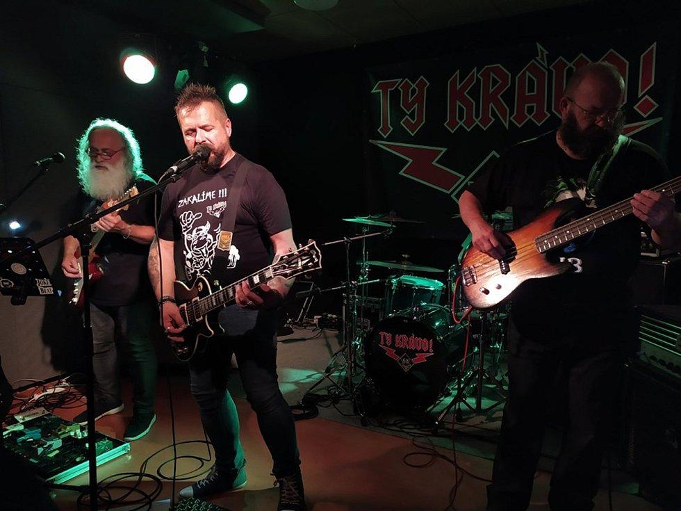 Na loučeňské pouti zahrály rockové kapely.