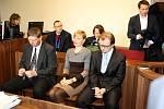 Trojice lékařů nymburské interny dostala u soudu podmíněné tresty. Na snímku zleva primář Václav Hulínský, Tamara Malcevová a Michal Křižanovič.