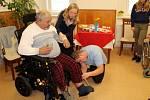 Senior v domově důchodců v Rožďalovicích dostal elektrický vozík za více než 100 tisíc korun od Ježíškových vnoučat.
