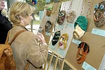 Masky jsou podepsány známými osobnostmi.