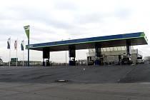 U benzinové stanice na D11 najížděl muž do celníků