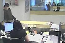 Bezpečnostní záběry z pražské banky
