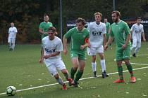 Fotbalisté rezervy poděbradské Bohemie (v bílém) doma prohráli 0:4 se Seleticemi.