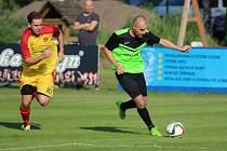 FAVORIT NEZAVÁHAL. Fotbalisté Městce Králové (v zelenočerném) porazili na svém trávníku mužstvo Kostelní Lhoty 2:0.