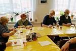 Barvení velikonočních vajíček v Domově pro seniory v Rožďalovicích.