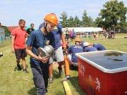 Neobyčejného klání, při kterém hasičská družstva zdolávají velmi netradiční disciplíny, se zúčastnilo celkem deset družstev dobrovolných hasičů nejen z Nymburska, ale například i z pražských Satalic.