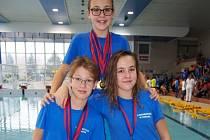PLAVKYNĚ TEREZA KONŠELOVÁ (nahoře) získala čtyři tituly krajské přebornice. Pozadu nezůstali ani Jakub Vejtruba a Barbora Konšelová