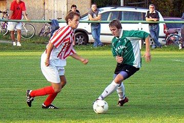 Fotbalisté Rožďalovic se trápí. V současné době jsou na 15. místě tabulky a o záchranu se budou muset hodně rvát. V Zápase proti Zápům se hostujícího hráče snažil obejít domácí Bobek (vpravo).