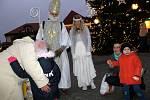 Čert s Mikulášem a andělem se objevili i v centru Nymburka.