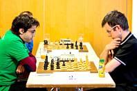 Překvapení. Šachisté Lysé nad Labem porazili Novoborský ŠK, ten padl po devíti letech. Nad šachovnicí jsou zamyšlení lyský Tamir Nabaty (vlevo) a David Navara.