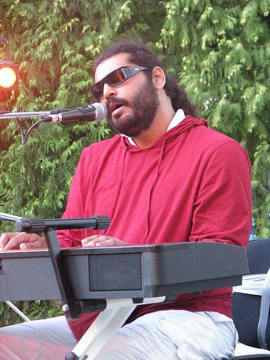 Romský zpěvák a hudebník Mário Bihári na loňském EtnoFestu