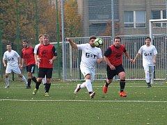 Fotbalisté rezervy poděbradské Bohemie (v bílém) hráli na svém hřišti nerozhodně 2:2 s týmem Kostomlat.