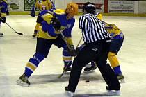 Hokejisté Nymburka porazili na svém ledě Písek 4:3. Jeden gól dal i kanonýr Oldřich Nýč (vlevo).