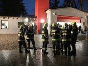 Opravenou a rozšířenou hasičskou zbrojnici za velké slávy otevřeli v pátek večer.