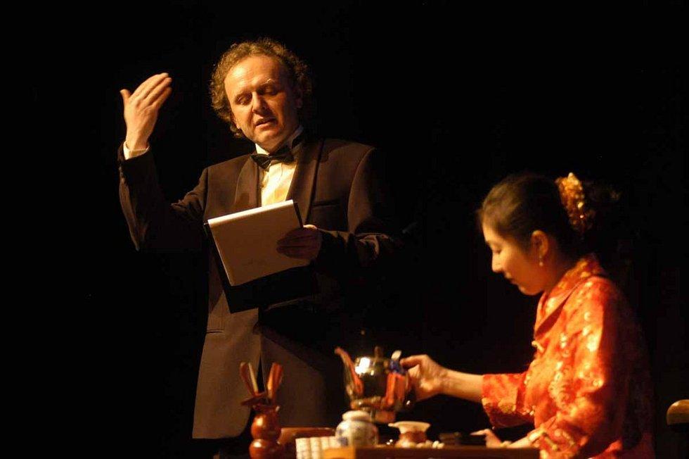 Známý herec komentoval i čajový obřad