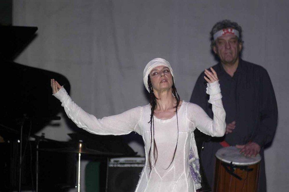 Součástí programu byl i rituální tanec s bubny