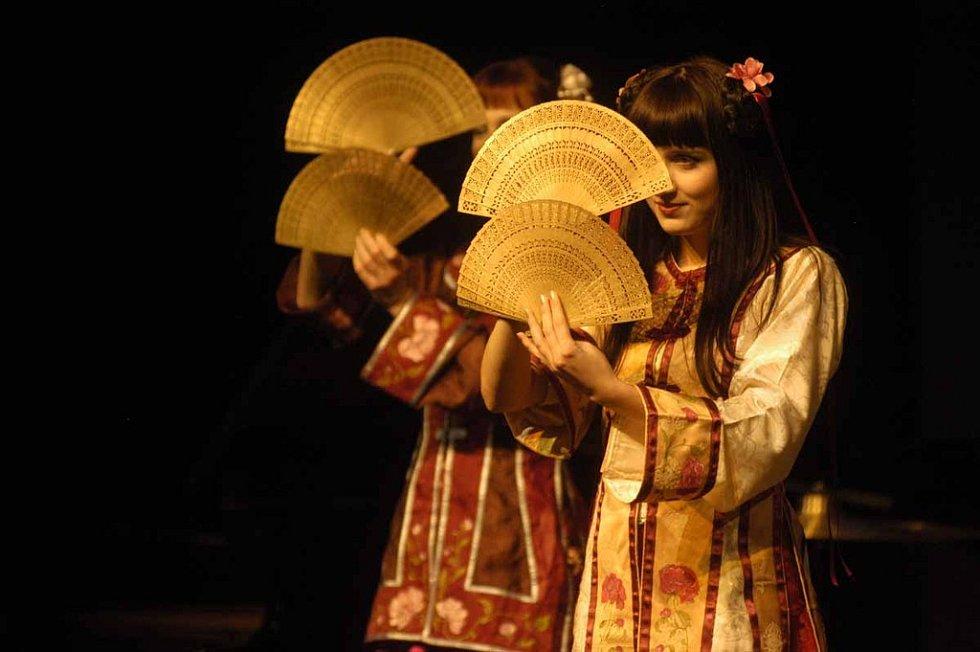 Taneční studio Trn v oku předvedlo tradiční čínský tanec Od Žluté řeky